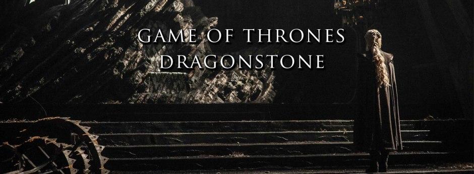 Daenerys observa o trono de Pedra do Dragão.