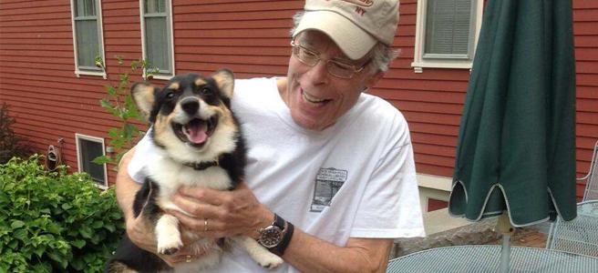 O escritor Stephen King e sua cadelinha, Molly.