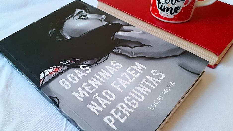 Capa da resenha do livro Boas Meninas Não Fazem Perguntas, do escritor Lucas Mota.